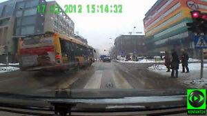 Na czerwonym i przez podwójną ciągłą... miejskim autobusem