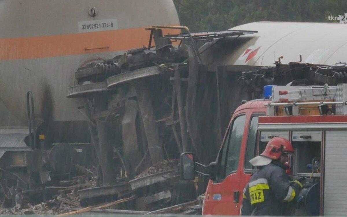 Ciężarówka wjechała pod pociąg. Wykolejona lokomotywa i cysterny z gazem