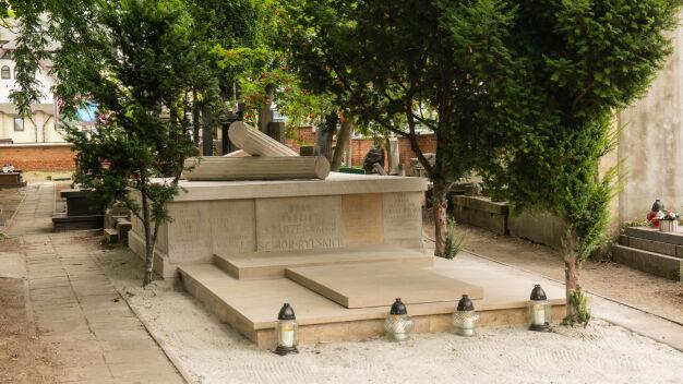 Niszczejący grobowiec rodziny Ścibor-Rylskiego odnowiony
