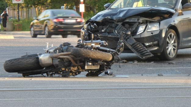 Zderzenie auta z motocyklem, policja kieruje ruchem