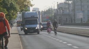 Rowerzyści jadą przepisowo. Wyprzedzanie buspasem, wyzwiska