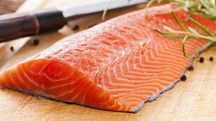 Chińscy naukowcy: koronawirus na schłodzonym łososiu może przetrwać ponad tydzień