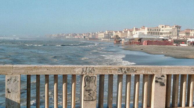 Trąba powietrzna nad rzymską plażą. <br />10 osób zostało rannych