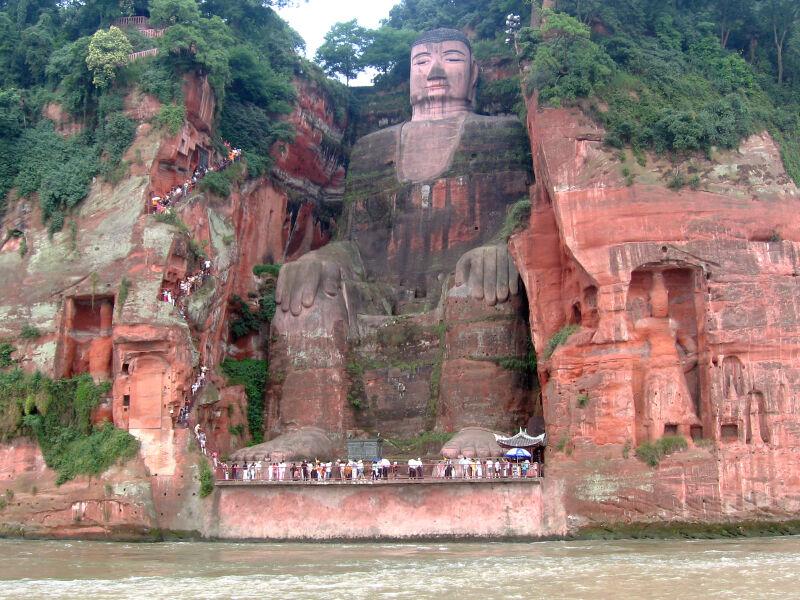 Posąg Wielkiego Buddy z Leshan w normalnej sytuacji (Wikimedia CC BY-SA 2.5)