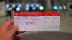 Bilet w jedną stronę z Wuhanu do Marsylii (PAP/Arek Rataj)