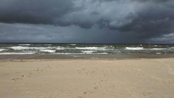Prognoza pogody na dziś: na Bałtyku sztorm. Spadnie m.in. deszcz ze śniegiem